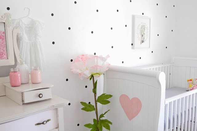 Una habitaci n infantil decorada en rosa y lunares deco kids for Decorar habitacion infantil pequena