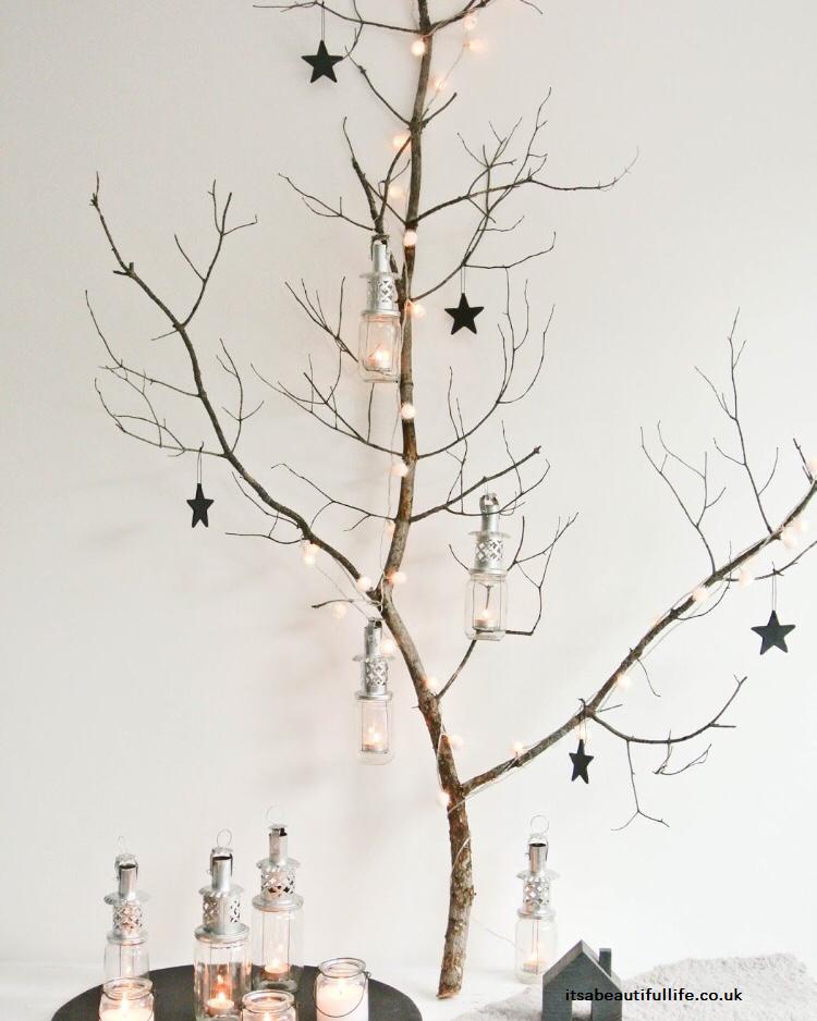 Hacer un árbol de Navidad con ramas y troncos