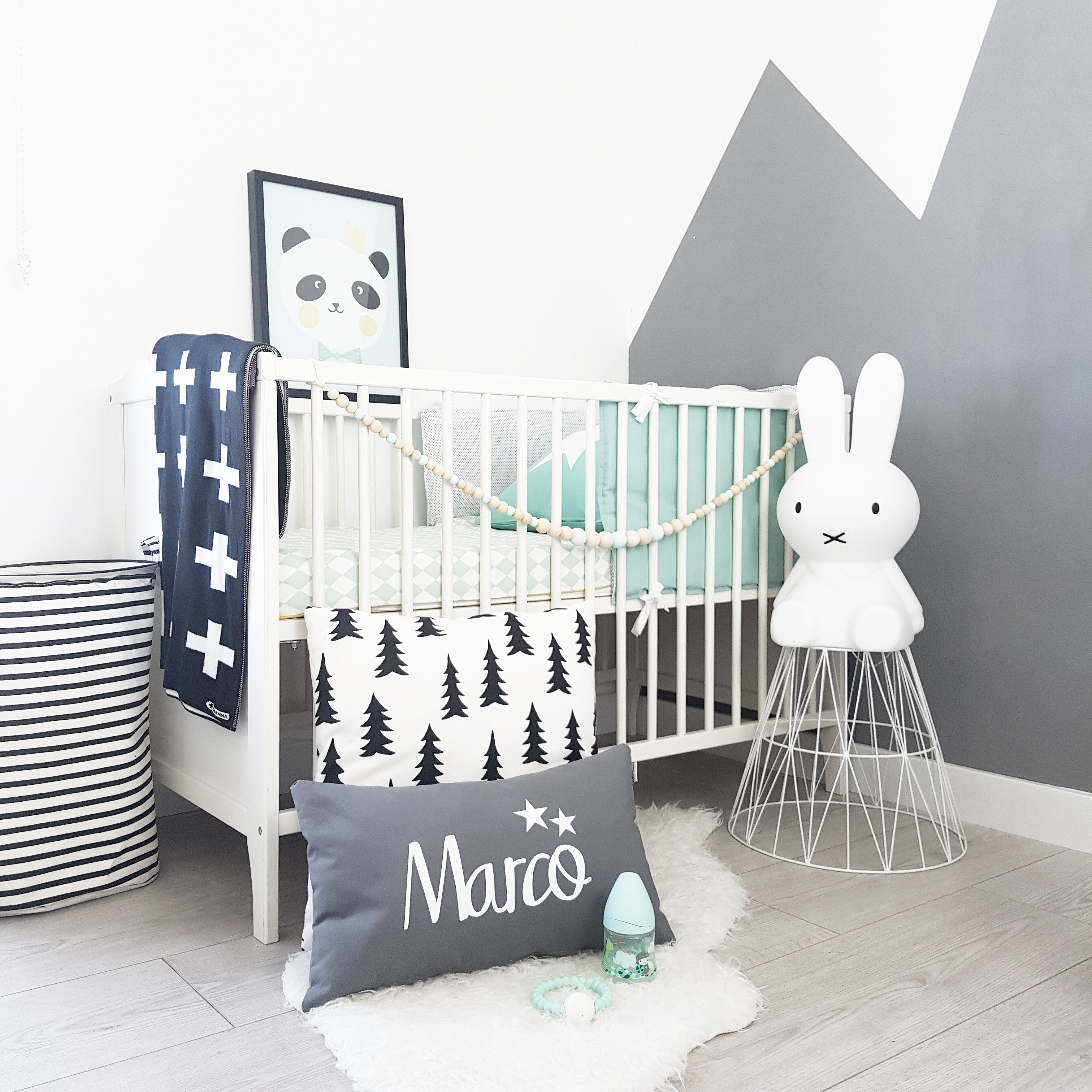 Habitación infantil en tonos grises, blancos y mint - Deco&Kids